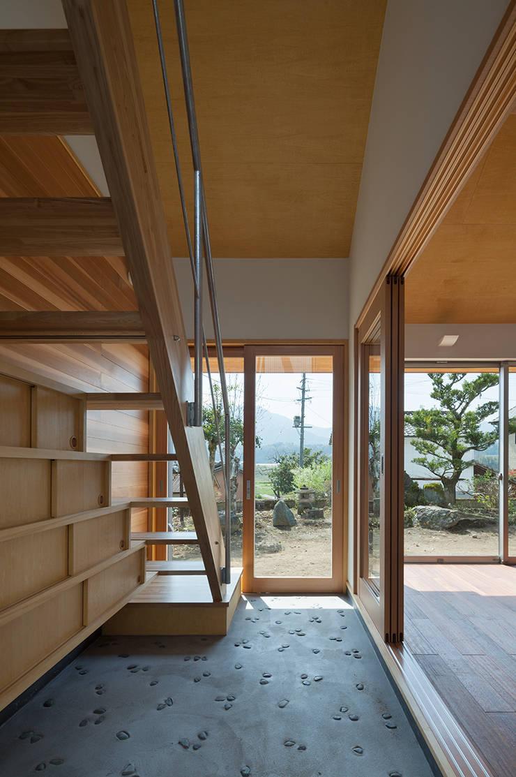 I-HOUSE: 建築デザイン工房kocochi空間が手掛けた廊下 & 玄関です。,オリジナル