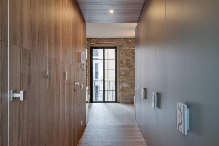 LOFTS GIRONA: Vestidores de estilo  de Lara Pujol  |  Interiorismo & Proyectos de diseño