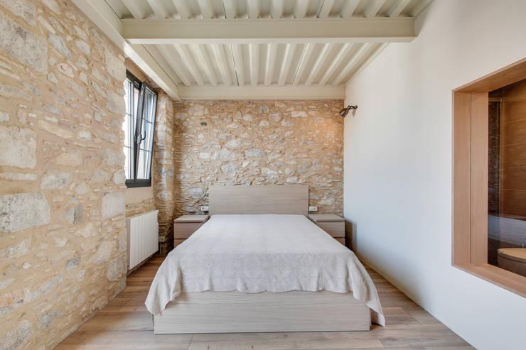 LOFTS GIRONA: Dormitorios de estilo mediterráneo de Lara Pujol  |  Interiorismo & Proyectos de diseño