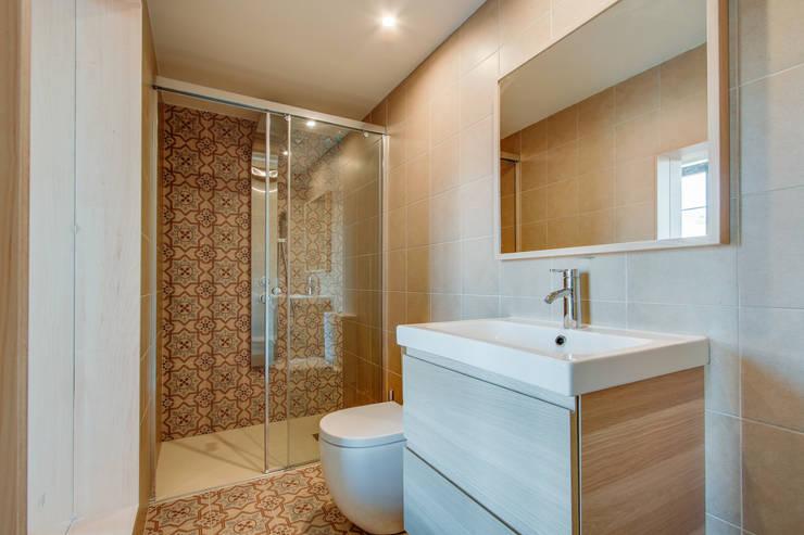 PROMOCIÓN 4 LOFTS : Baños de estilo mediterráneo de Lara Pujol  |  Interiorismo & Proyectos de diseño