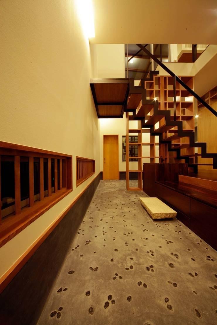 Couloir et hall d'entrée de style  par 建築デザイン工房kocochi空間, Moderne