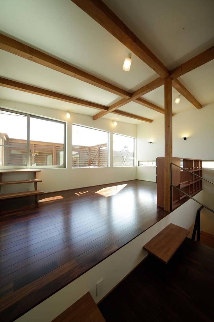 Salon de style  par 建築デザイン工房kocochi空間, Moderne