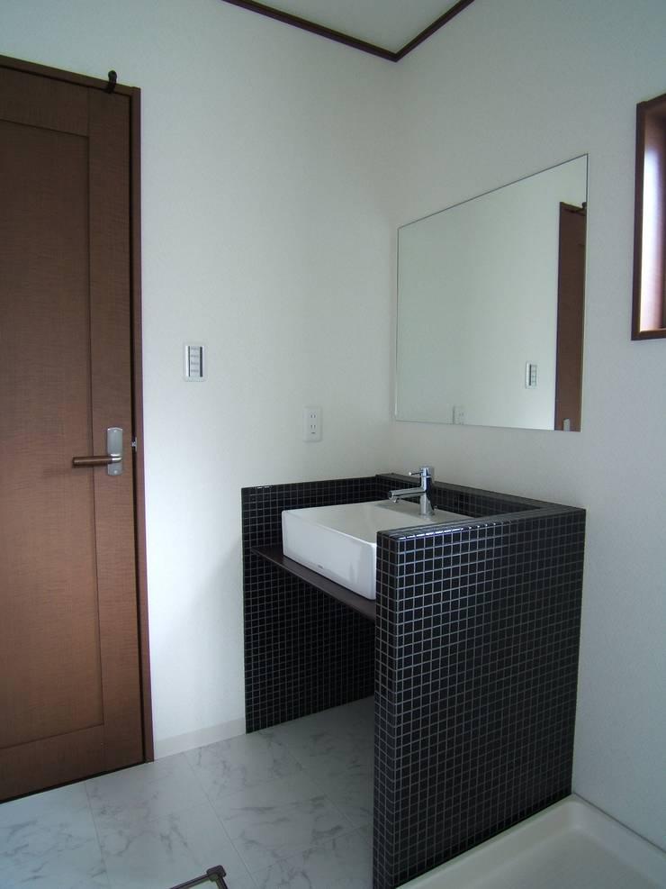 Baños de estilo  por OSM建築設計事務所