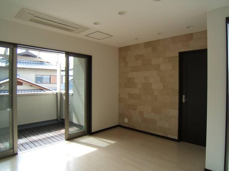 Salas / recibidores de estilo  por OSM建築設計事務所