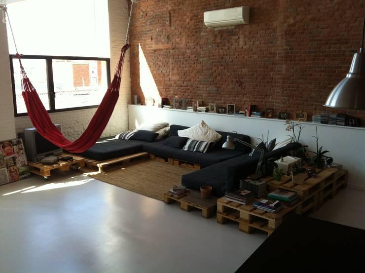sofá: Salones de estilo  de SMMARQUITECTURA