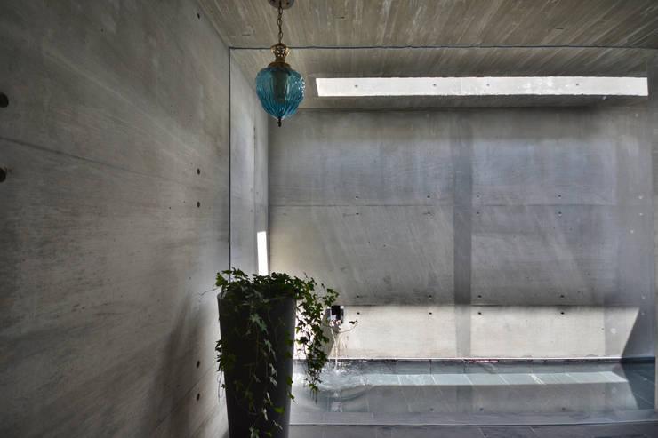 玄関: 株式会社クレールアーキラボが手掛けた壁です。