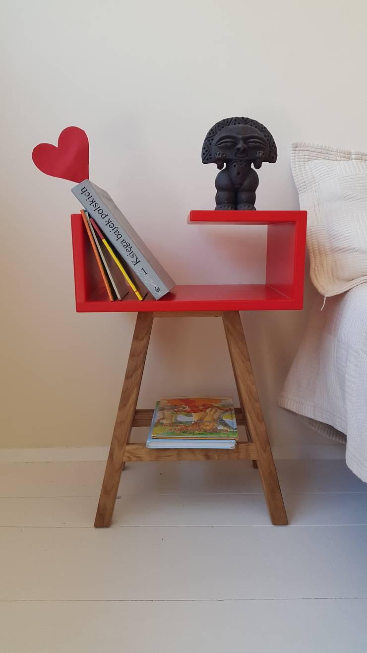 Stolik nocny czerwony w stylu skandynawskim : styl , w kategorii Sypialnia zaprojektowany przez ACOCO DESIGN