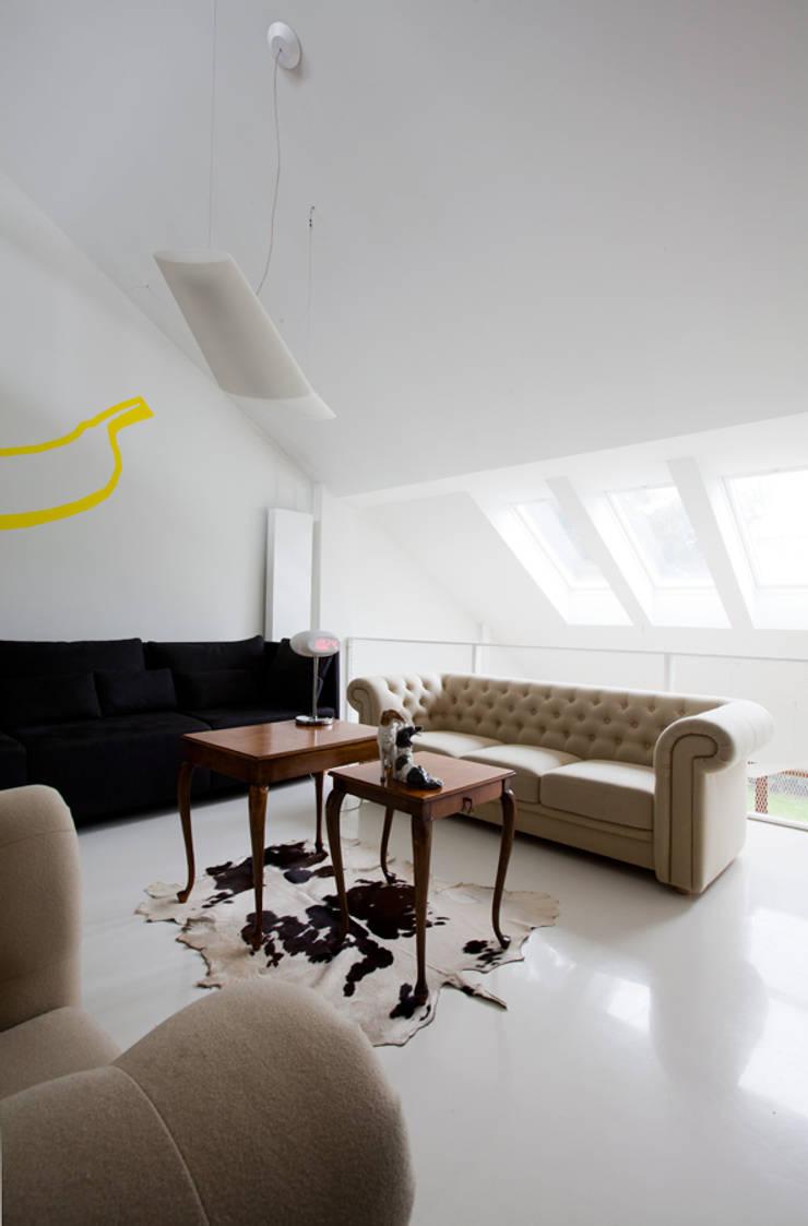 DOM W POZNANIU: styl , w kategorii Salon zaprojektowany przez oyster,Eklektyczny