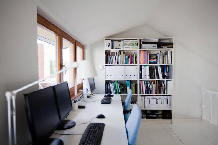 DOM W POZNANIU: styl , w kategorii Domowe biuro i gabinet zaprojektowany przez oyster