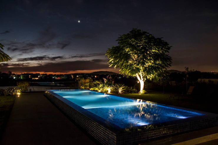 Pool by Loro Arquitetura e Paisagismo, Minimalist