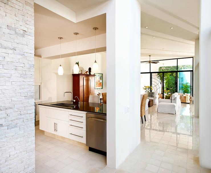 Cocinas de estilo moderno por Taller Estilo Arquitectura