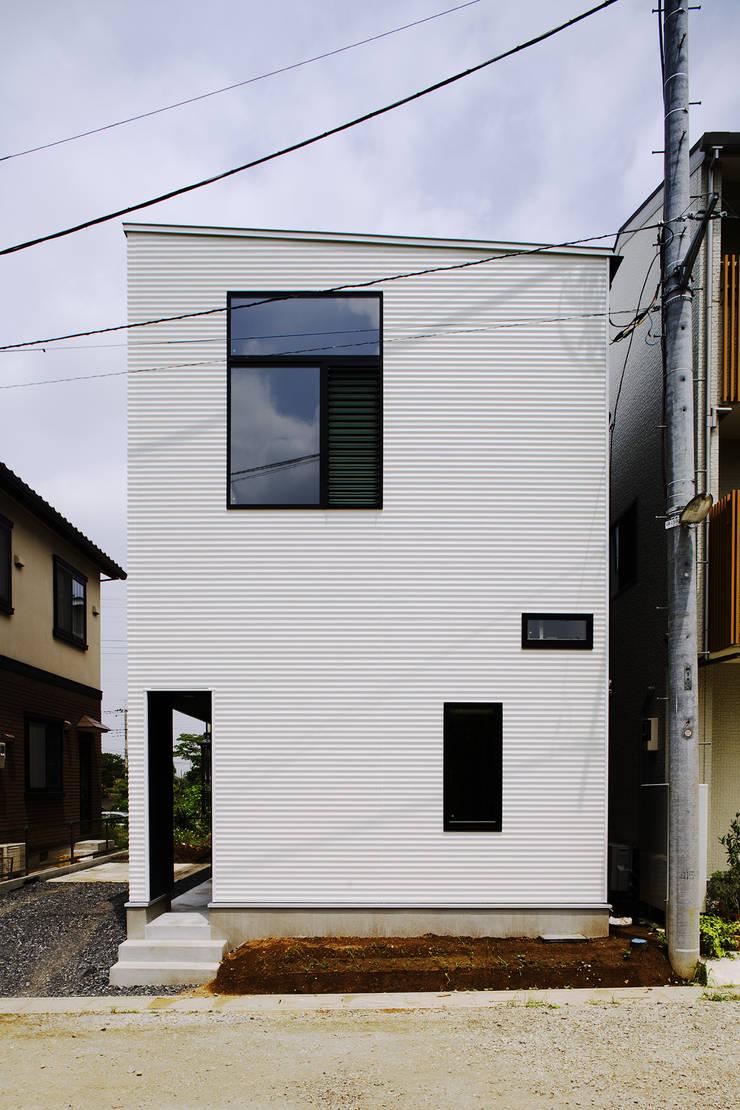 汚れが付きににくい白いリブの外壁: 一級建築士事務所 笹尾徹建築設計事務所が手掛けた家です。