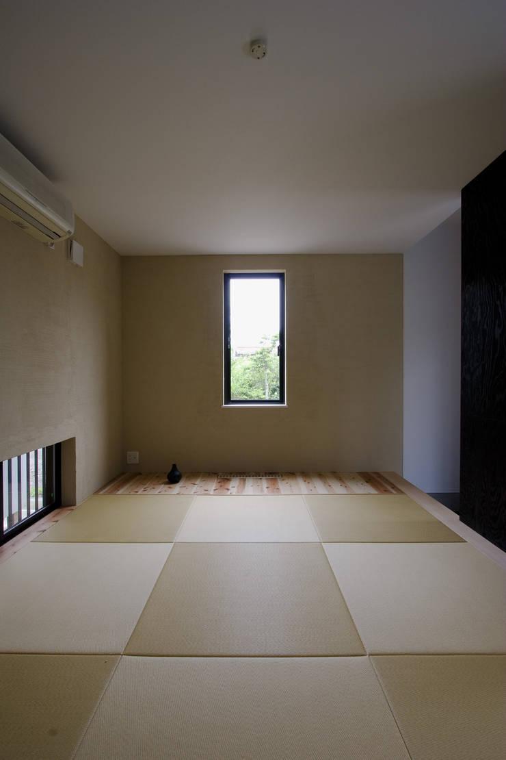 自然素材を生かした珪藻土壁の和室: 一級建築士事務所 笹尾徹建築設計事務所が手掛けた寝室です。