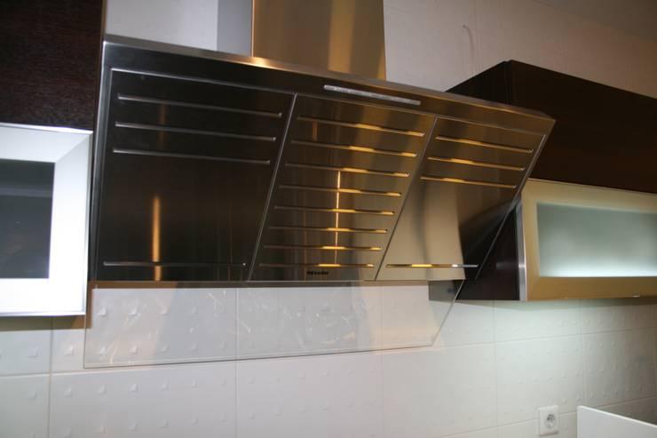 Квартира в современном стиле: Кухни в . Автор – Artscale
