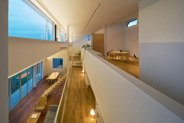 甲斐の家: MAMM DESIGNが手掛けた廊下 & 玄関です。