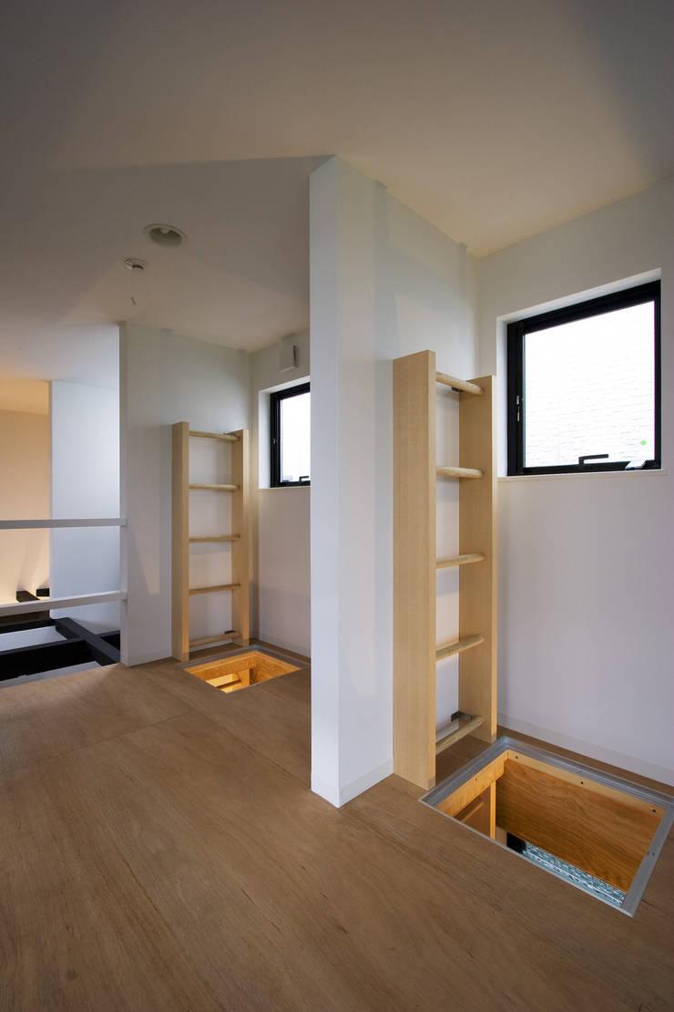 上下にハシゴで繋がる子供室: 一級建築士事務所 笹尾徹建築設計事務所が手掛けた子供部屋です。