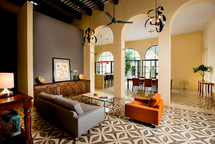 Salas / recibidores de estilo colonial por Taller Estilo Arquitectura