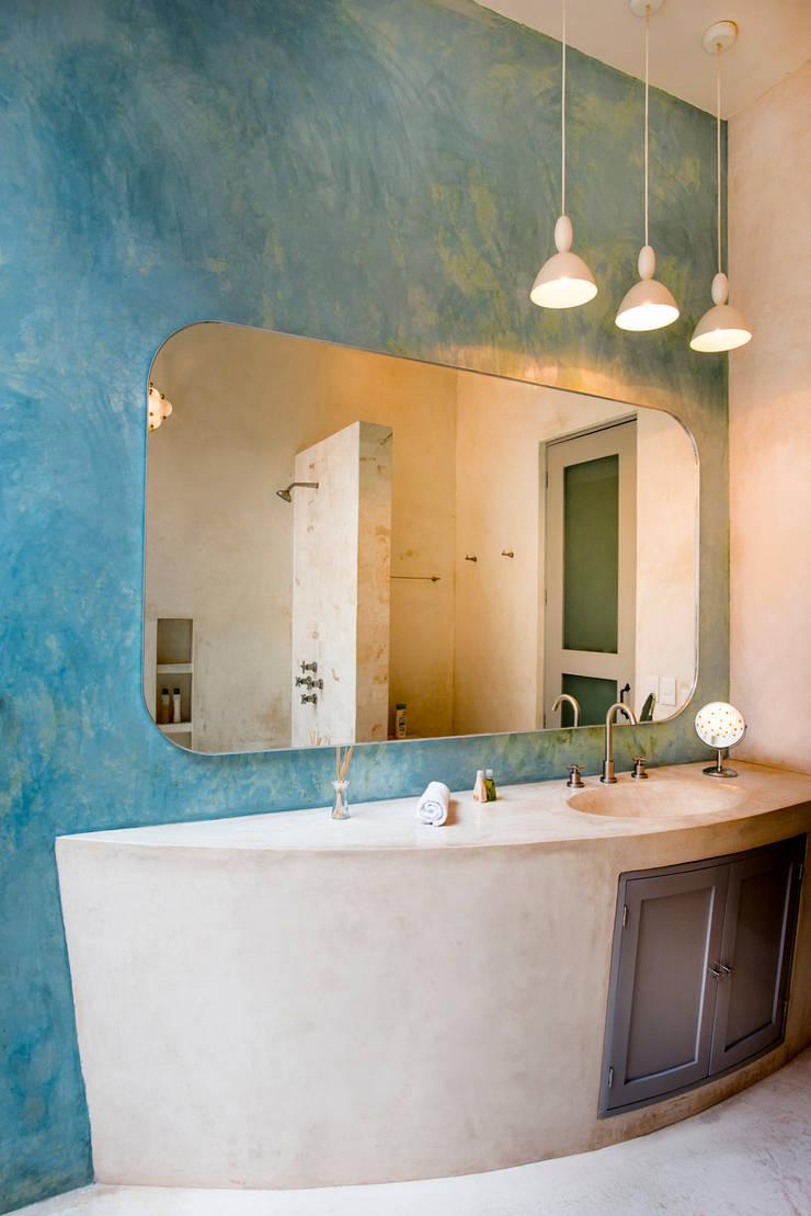 Bathroom by Taller Estilo Arquitectura