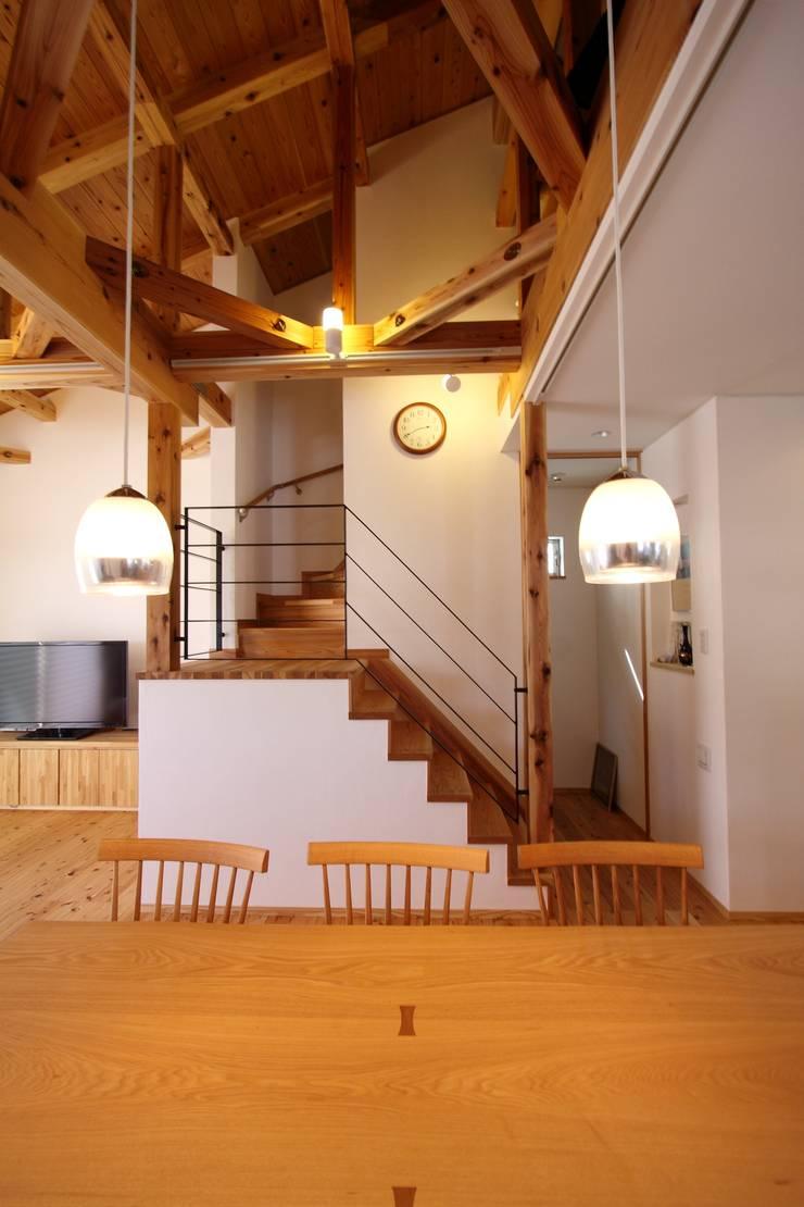 階段: 加藤一高建築設計事務所が手掛けたリビングです。