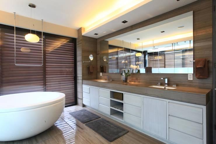 Baño Vestidor: Baños de estilo  por Código Z Arquitectos