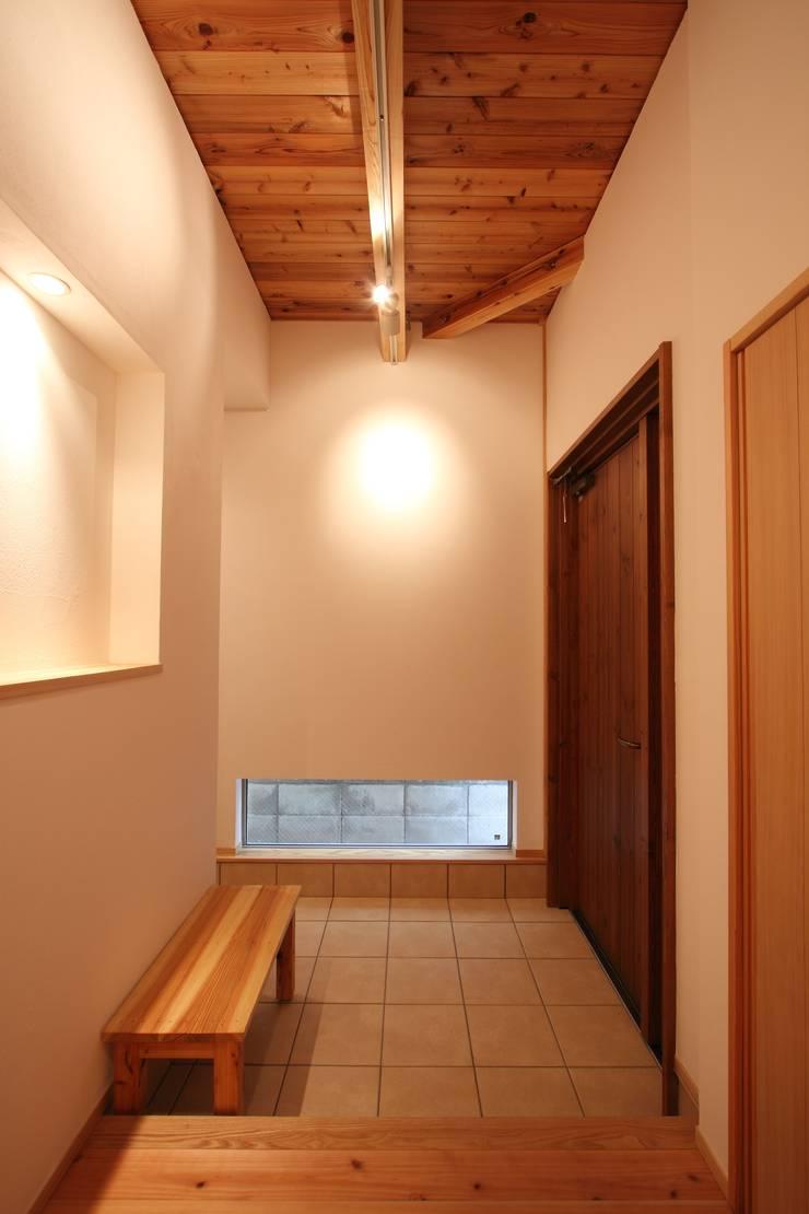 玄関: 加藤一高建築設計事務所が手掛けた廊下 & 玄関です。,和風