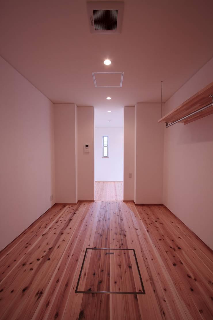 クローゼット: 加藤一高建築設計事務所が手掛けたウォークインクローゼットです。,モダン