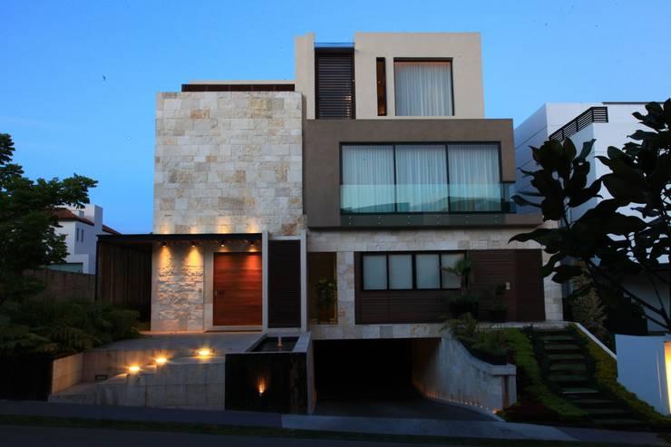 Fachada Principal Tarde: Casas de estilo  por Código Z Arquitectos