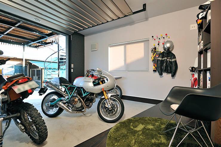 大空間のウッドデッキはプライベートパーク: 株式会社ビルドアートが手掛けたガレージです。