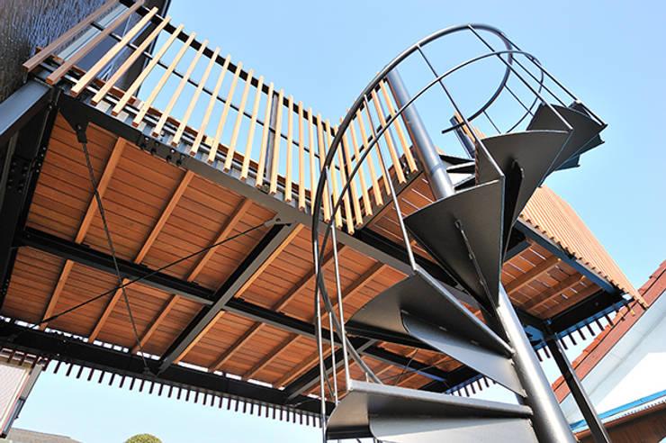 大空間のウッドデッキはプライベートパーク: 株式会社ビルドアートが手掛けたベランダです。