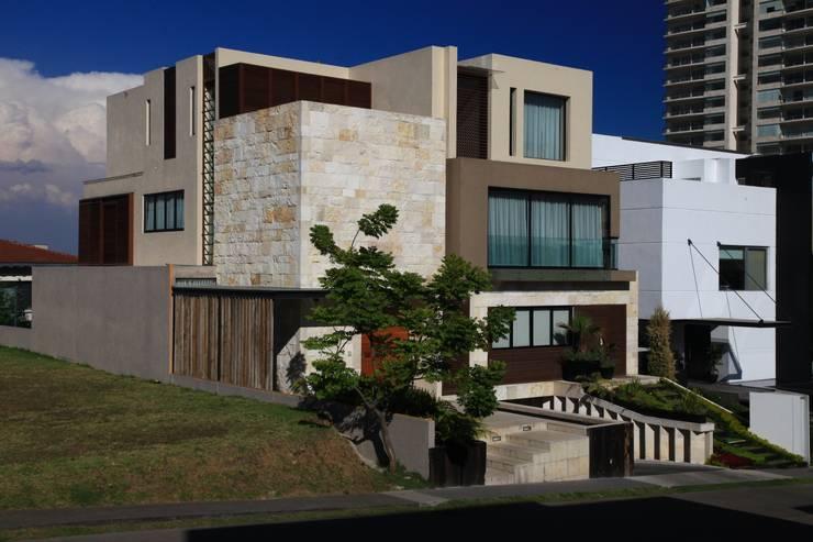 Fachada Principal: Casas de estilo  por Código Z Arquitectos