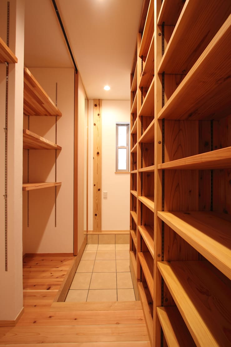玄関収納: 加藤一高建築設計事務所が手掛けた廊下 & 玄関です。,和風