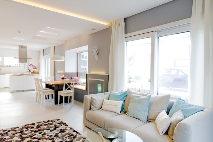 Wohnfühlen wird hier groß geschrieben:  Wohnzimmer von FischerHaus GmbH & Co. KG