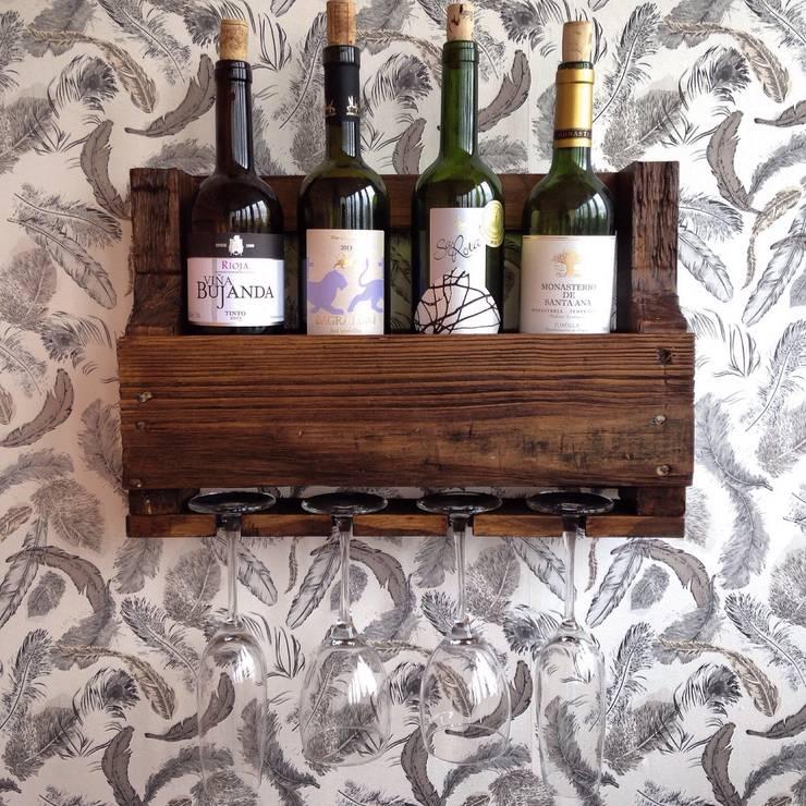 Полка на 4 бутылки вина с холдером на 4 бокала: Кухня в . Автор – 11 Reasons,