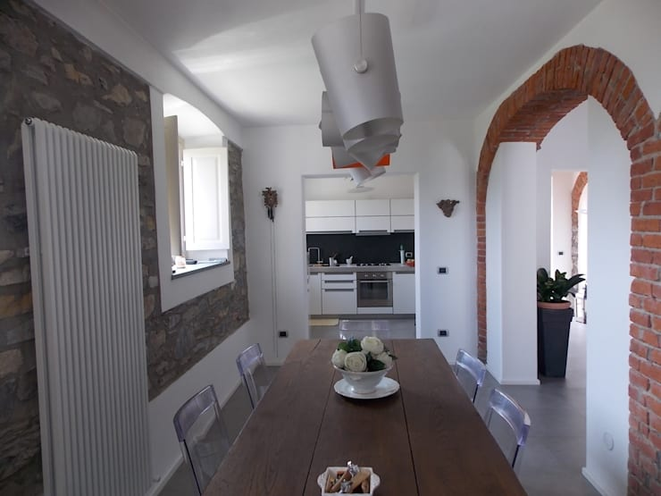 Ristrutturazione e progetto interni di edificio rurale in Lunigiana - Toscana: Sala da pranzo in stile In stile Country di STUDIO TECNICO ASSOCIATO TONDIN