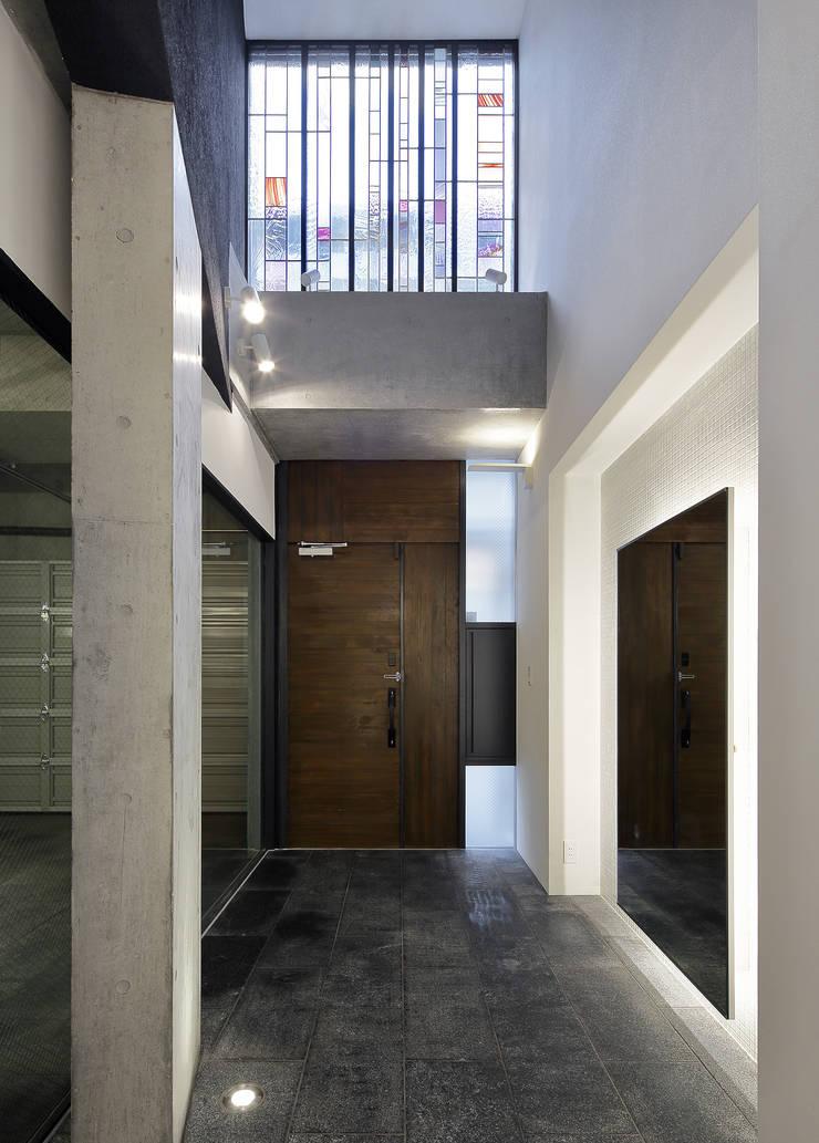 玄関: 平野智司計画工房が手掛けた廊下 & 玄関です。