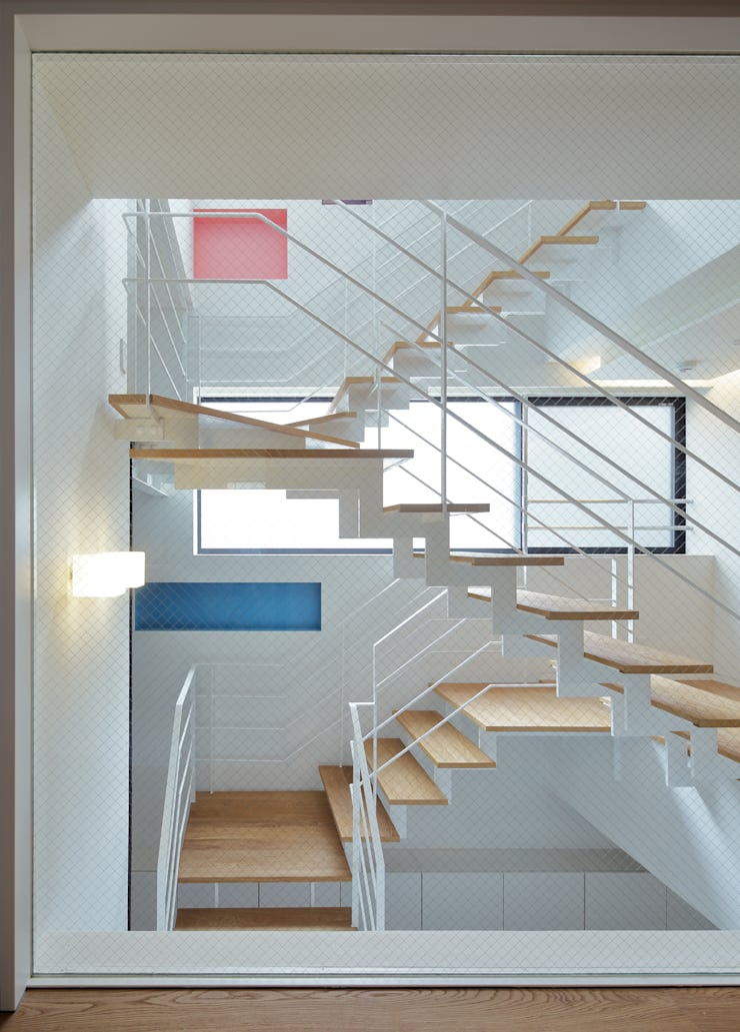 光の筒としての階段: 平野智司計画工房が手掛けた廊下 & 玄関です。