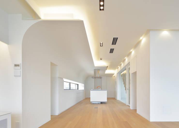 リビングからキッチンを見る: 平野智司計画工房が手掛けたリビングです。