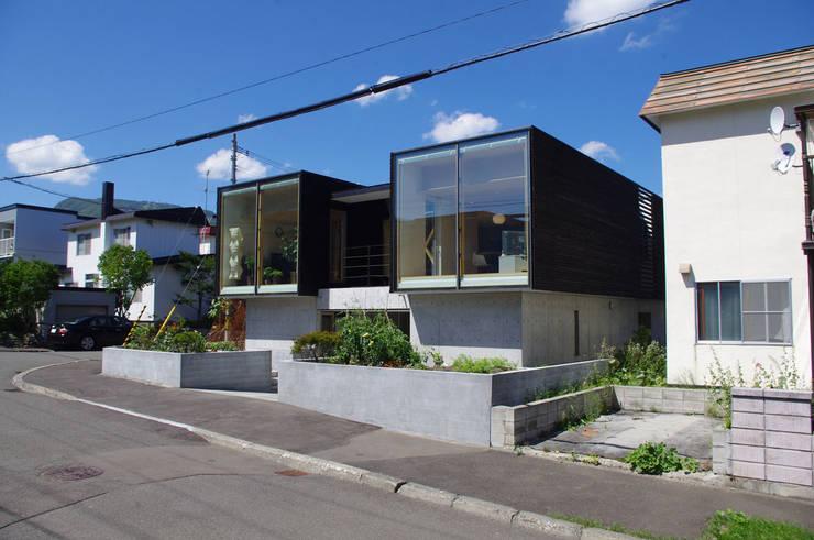 Casas estilo moderno: ideas, arquitectura e imágenes de 畠中 秀幸 × スタジオ・シンフォニカ有限会社 Moderno