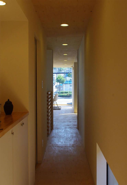 Corridor & hallway by 畠中 秀幸 × スタジオ・シンフォニカ有限会社, Modern
