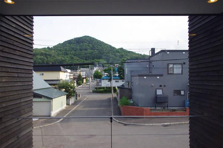 Livings de estilo moderno de 畠中 秀幸 × スタジオ・シンフォニカ有限会社 Moderno