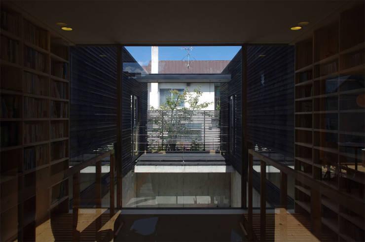 Salas multimedia de estilo moderno de 畠中 秀幸 × スタジオ・シンフォニカ有限会社 Moderno