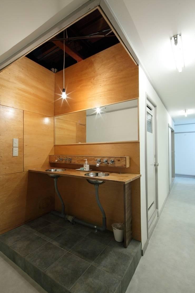 barrack modern: studio m+ by masato fujiiが手掛けた浴室です。