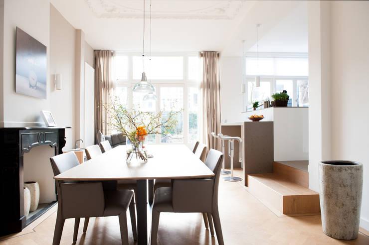 Eetkamer met open keuken:  Eetkamer door Studiohecht