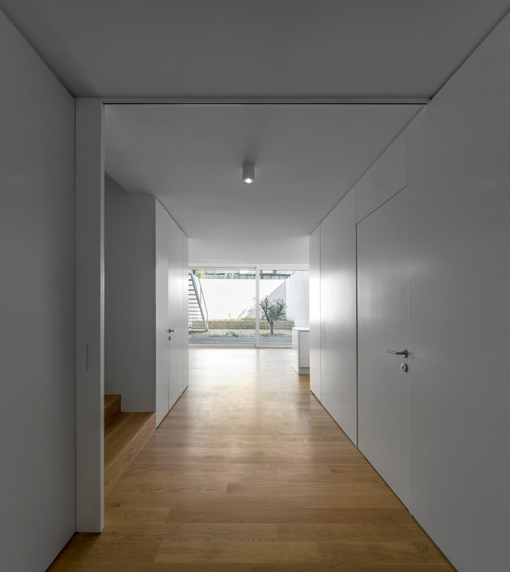 prédio Lapa: Corredores e halls de entrada  por João Tiago Aguiar, arquitectos