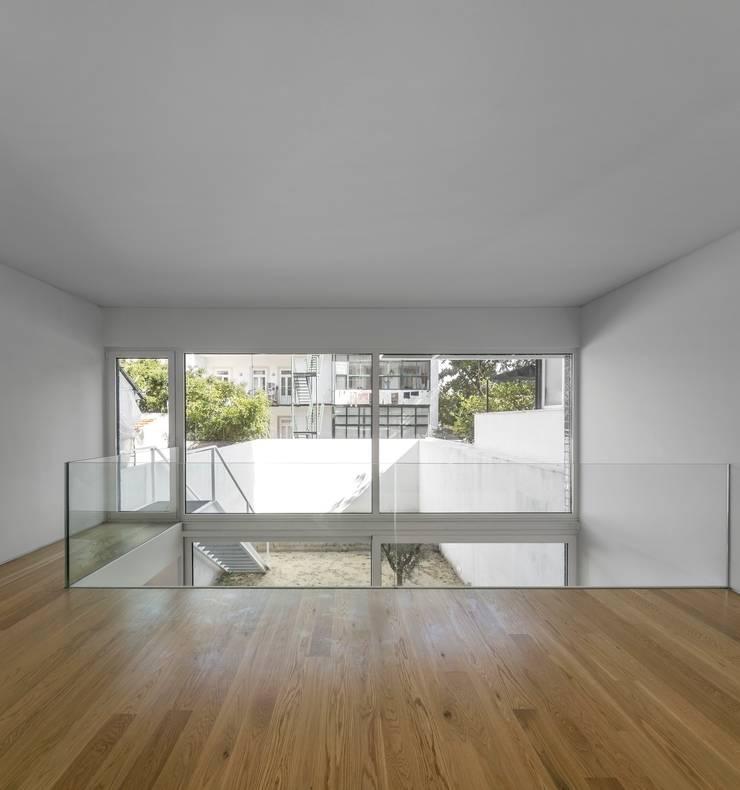 Corridor & hallway by João Tiago Aguiar, arquitectos