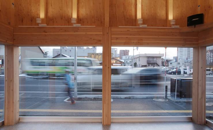 ㈱札幌ワシダ新社屋: 畠中 秀幸 × スタジオ・シンフォニカ有限会社が手掛けた自動車ディーラーです。,