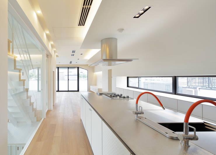 キッチンからリビングを見る: 平野智司計画工房が手掛けたキッチンです。