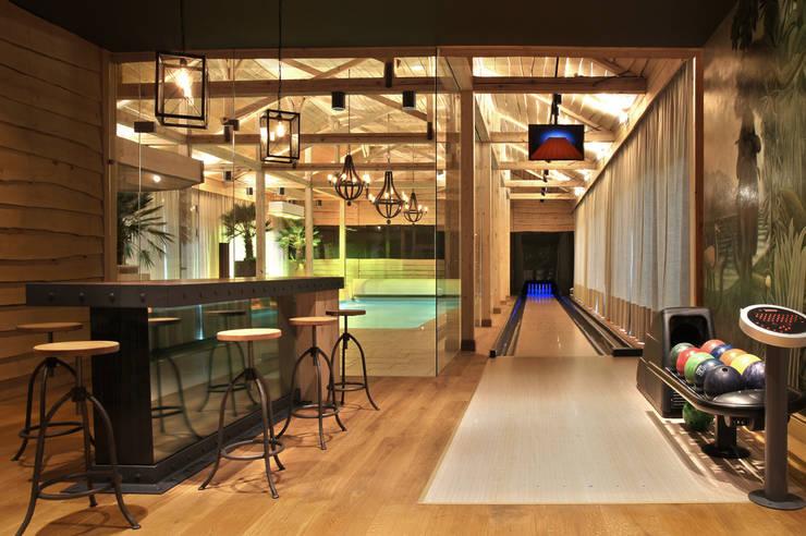 Basen widok na tor kregielni i bar: styl , w kategorii Basen zaprojektowany przez SAFRANOW