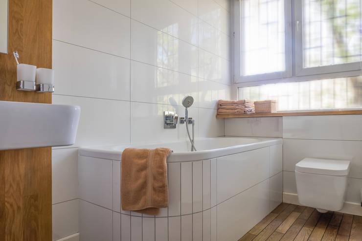 Żoliborski minimalizm: styl , w kategorii Łazienka zaprojektowany przez Jacek Tryc-wnętrza