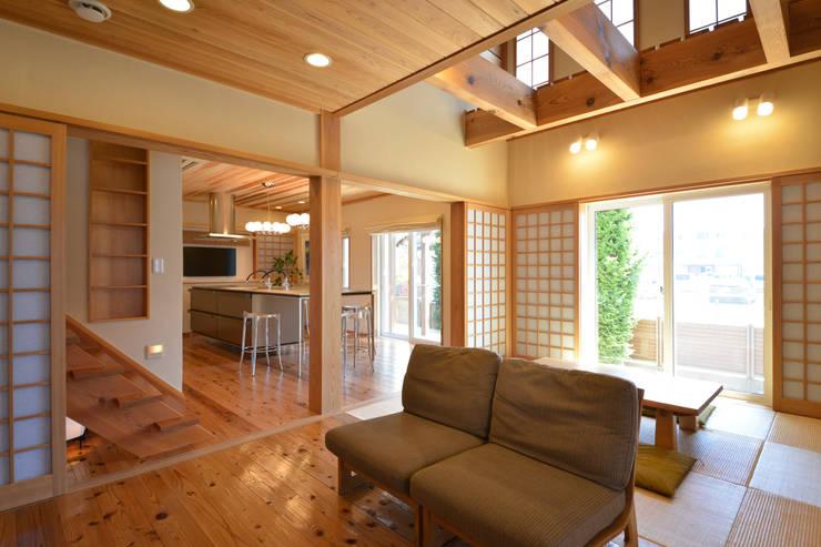 注文住宅「杉の家」: 桶市ハウジングが手掛けたリビングです。